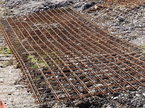 Legen Sie in Schritt 6 die Baustahlmatte in die Betonplatte