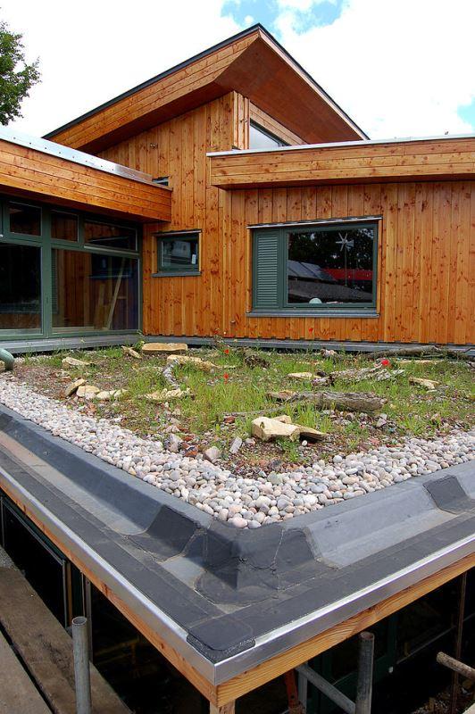 Ein begrüntes Flachdach ist eine ökologische und sinnvolle Alternative zu gängigen Dächern mit Dachpappe.